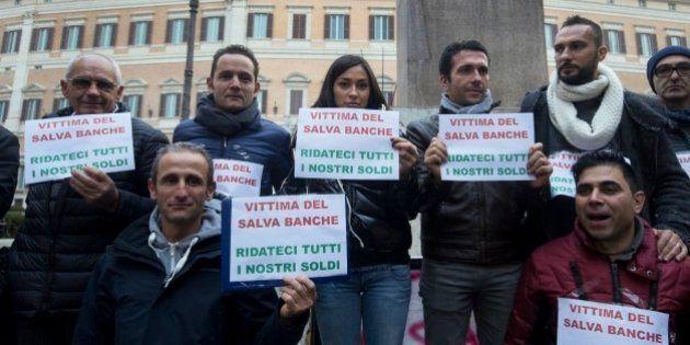 Salva-banche, vittime pronti a boicottare i 4 istituti coinvolti ritirando i soldi. Accuse a Renzi: