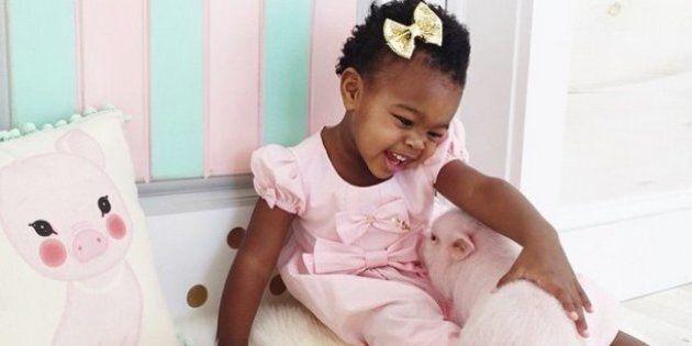 L'amicizia tra una bambina di due anni e il suo maialino: il loro affetto negli scatti di Lindsey Bonnice