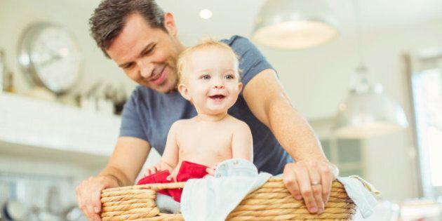 Casalinghi felici. In Italia gli uomini dediti ai lavori domestici sono oltre 22mila. 4 consigli per...