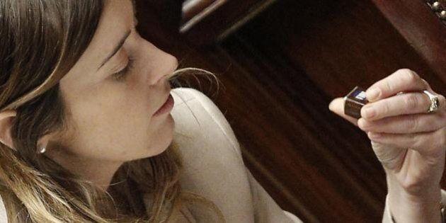 Riforme, Maria Elena Boschi alla Camera nella maratona notturna tra occhi stanchi e cioccolatini