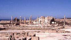Isis, dimostrazione di forza a Sabrata, bandiere nere fra le rovine