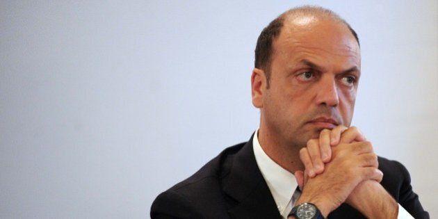 Angelino Alfano: vu cumprà, art. 18, stadi e spiagge. La campagna del ministro dell'Interno per imporre...