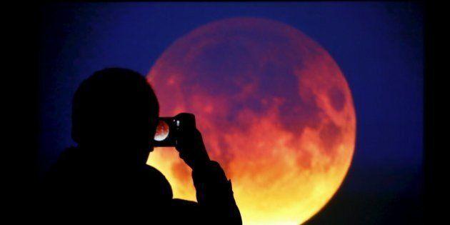 Eclissi totale di Super Luna. Mai così grande, mai così vicina