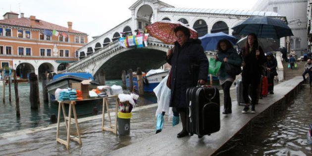 Vietati i trolley a Venezia: fanno troppo rumore. Multe fino a 500 euro: tra calli solo valigie con ruote...