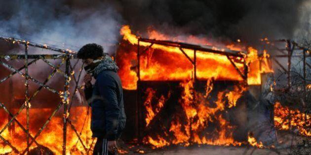 Migranti, bozza Ue: stanziare 700 milioni di euro in tre anni. Nuovo sgombero a Calais. Tensione nei...