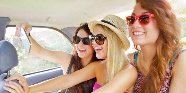 Pericolo selfie alla guida: la mania colpisce un giovane su 4.
