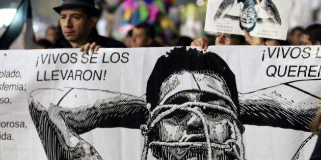 Città del Messico, marcia per i 43 studenti uccisi. Chieste le dimissioni del presidente Pena Nieto.