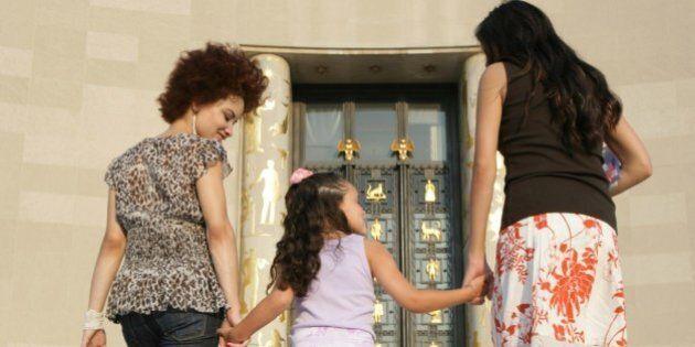 Tribunale dei minori di Roma dà via libera all'adozione incrociata di due figlie a una coppia di