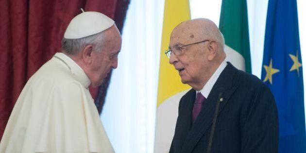 Giorgio Napolitano visita a sorpresa Papa Francesco. Colloquio durato un'ora e