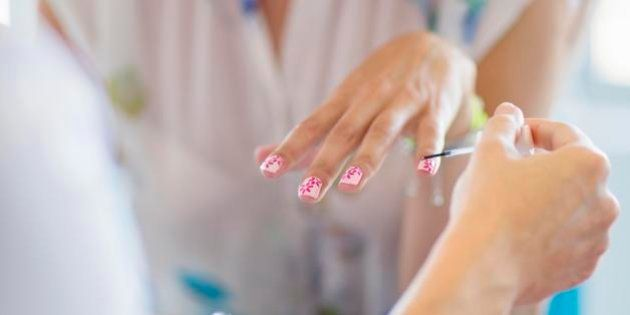 Sostanze tossiche nei prodotti per la manicure: casi di asma e aborti per chi lavora nei saloni di New