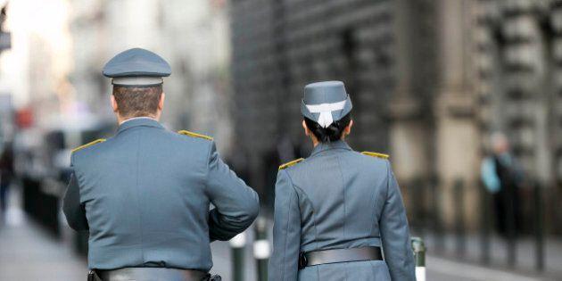 Guardia di finanza arresta tre ufficiali con l'accusa di aver preso soldi per far superare il concorso