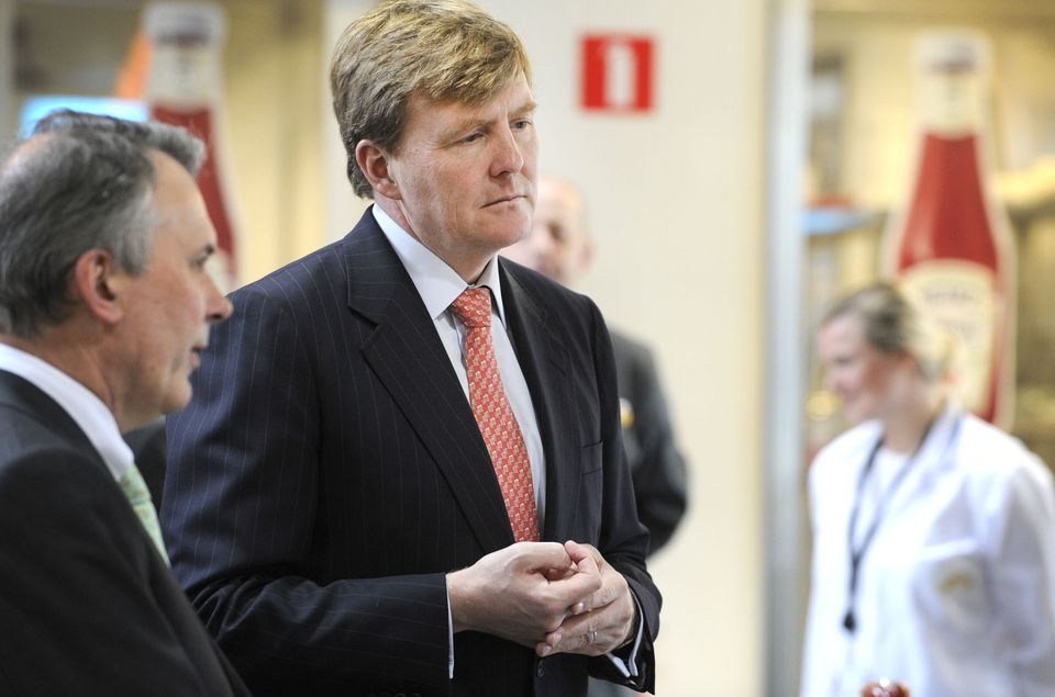 Dutch Crown Prince Willem-Alexander (C) and the vice president of Research and Development for Heinz Europe, Mark Atkins (L),