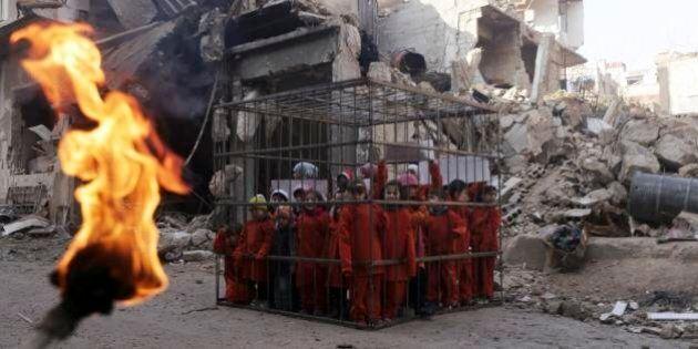 Siria, bambini in gabbia come il pilota giordano. La protesta contro i bombardamenti di Bashar Al Assad