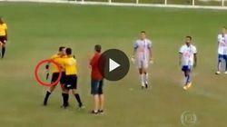 I calciatori protestano, l'arbitro estrae la