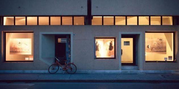 Negozi chiusi usati come vetrine d'arte. L'idea di Cartavetrata aiuta a riaffittare gli esercizi commerciali