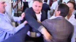 Rissa al Parlamento di Kiev, leader preso a pugni in faccia