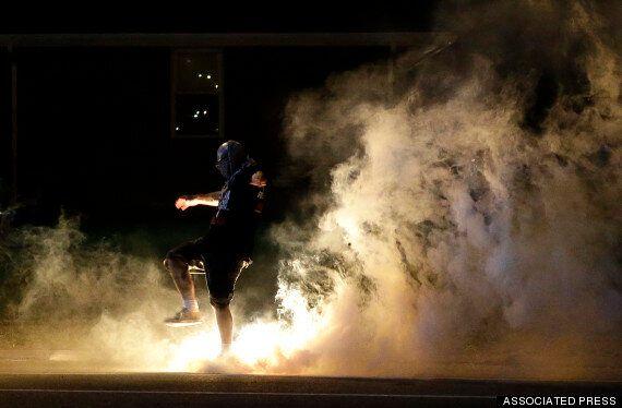 Ferguson, scontri e tensione razziale alle stelle per ragazzo nero ucciso da un agente. Obama critica...