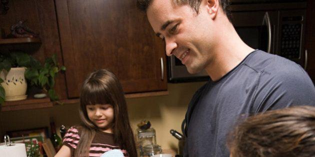 Cari papà, se avete figlie femmine cominciate a lavare i piatti: aiuterete il loro futuro professionale