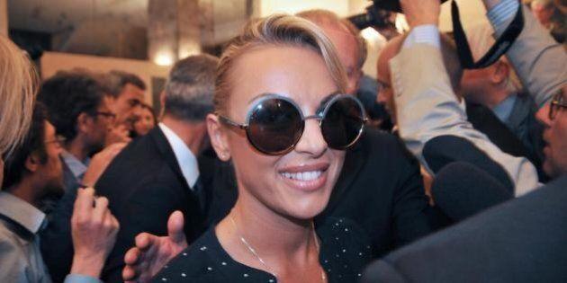 Francesca Pascale, tendenza piccola Veronica. Silvio Berlusconi le intesta una casa, ma la trattativa...
