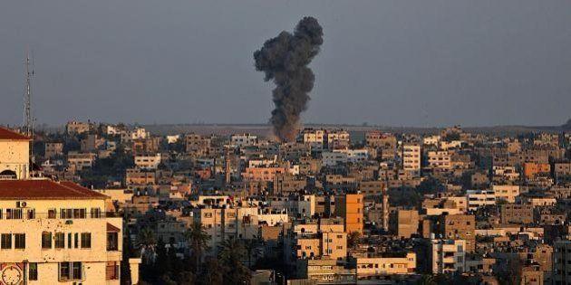 Gaza, guerra continua. Decine di razzi dalla Striscia, Israele risponde con i raid. Almeno 11 vittime