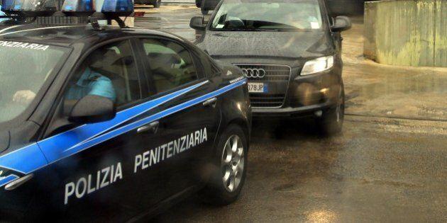 16 agenti sospesi dal Dap dopo gli insulti su Facebook al detenuto suicida nel carcere di Opera