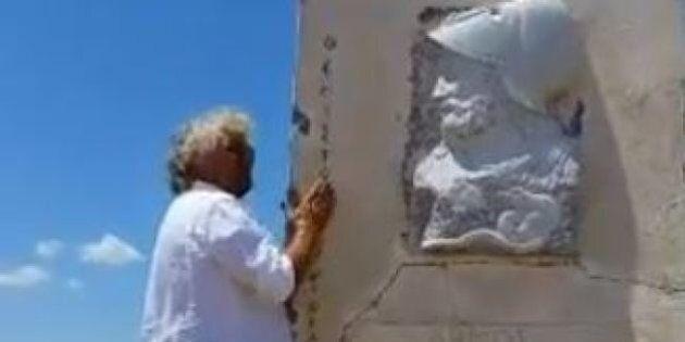 Referendum Grecia, Beppe Grillo parla con la statua di Temistocle ad Atene: