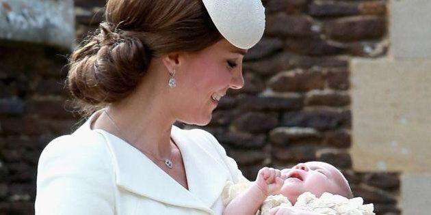 Kate Middleton al battesimo di Charlotte: cerimonia d'altri tempi. George con l'abito che William portava...