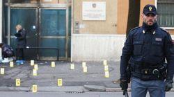 A Brescia esplode bomba contro la scuola di polizia. Un giovane ripreso dalle
