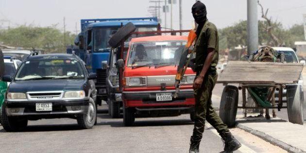 Somalia, terroristi Shebab attaccano il Central Hotel di Mogadiscio. Almeno 25 morti e decine di
