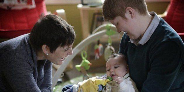 Una pediatra rifiuta di prendere in cura la figlia di sei giorni di una coppia lesbica.