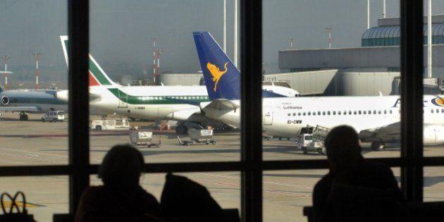 Aeroporto di Fiumicino, radar in avaria: traffico aereo bloccato. Bomba d'acqua a Malpensa, stop voli...