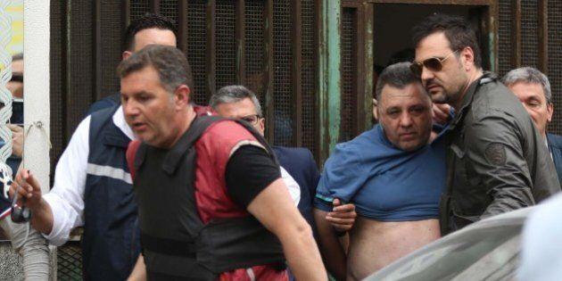 Napoli, uomo spara col fucile a pompa dal balcone a Secondigliano dopo lite per il filo del bucato. Quattro...