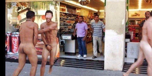 Turisti italiani nudi a Barcellona, i residenti insorgono. Le immagini fanno il giro del web