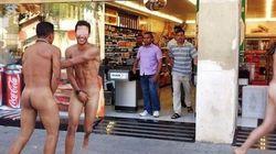 Giovani italiani nudi in strada a Barcellona