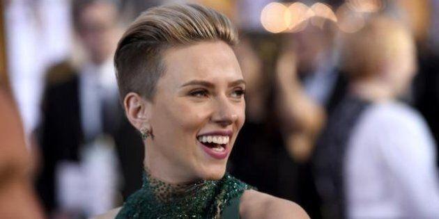 Red Carpet Oscar 2015: look androgino per Scarlett Johansson. Decollete, spacchi e trasparenze per le...