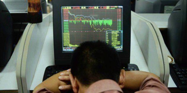 Borsa cinese nel panico. A Shanghai sospeso il 50% dei titoli quotati, chiusura a -6%, Hong Kong fa peggio
