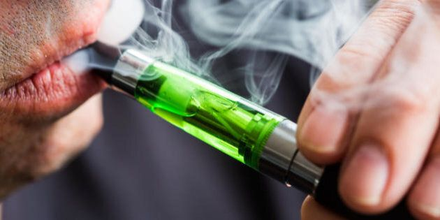 Sigaretta elettronica, 4 buoni motivi per evitarla. Per gli studiosi non aiuta a smettere e fa male alla