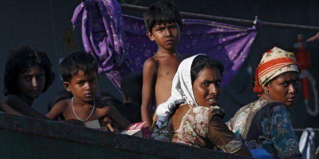 I rifugiati Rohingya abbandonati in mezzo al mare ricevono aiuto dalle persone comuni ma non dai governi