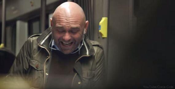 VIDEO. Inizia a ridere in metropolitana: la sua risata contagia tutti i