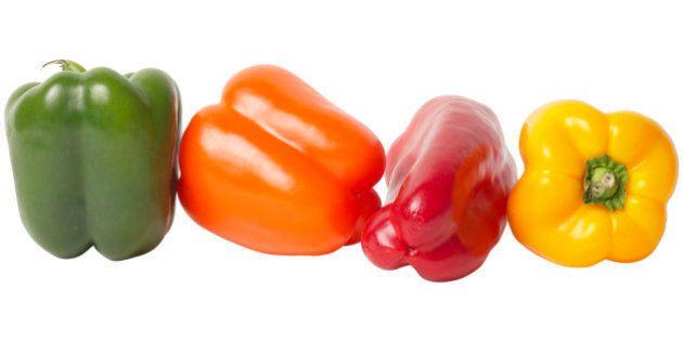 I peperoni verdi sono soltanto la versione acerba di quelli rossi: costano meno e contengono meno