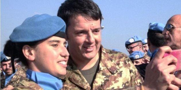 Renzi in Libano. Jeans e giacca mimetica, incontra i soldati italiani.