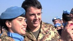 Renzi in Libano. Jeans e giacca mimetica, incontra i 1.070 soldati