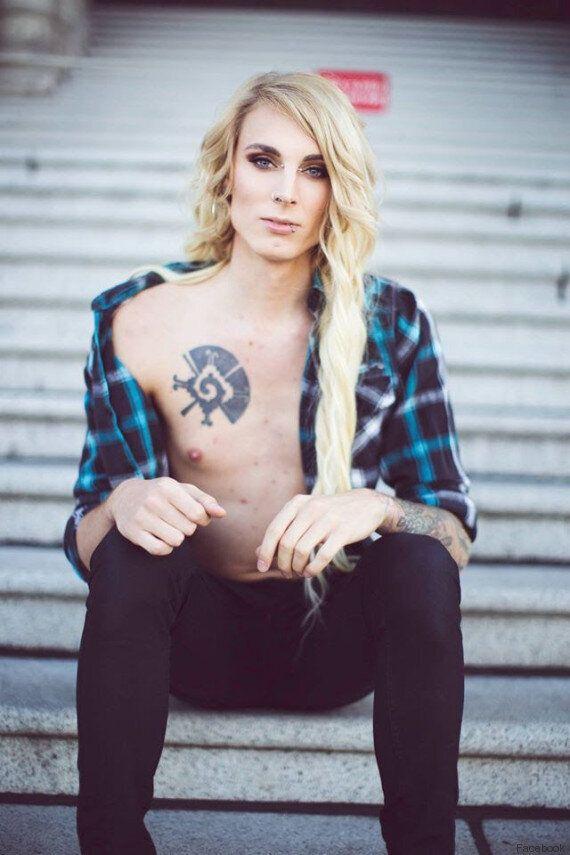 Una donna transgender sfida Facebook posando a petto nudo: