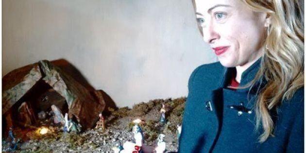 Nel presepe Giorgia Meloni mette i due marò. L'ironia sui social: