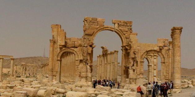 Isis distrugge Palmira, i miliziani fanno saltare in aria l'Arco di trionfo