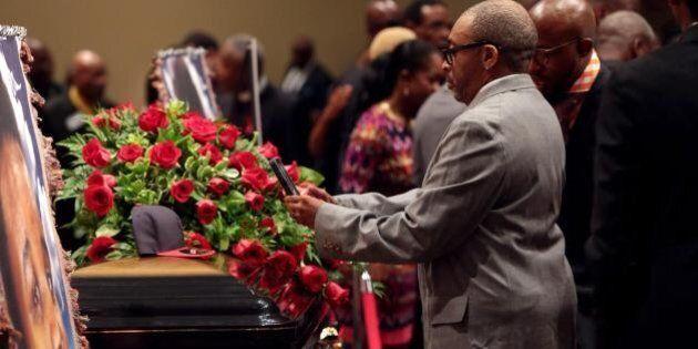 Ferguson, funerali di Michael Brown. Centinaia di fedeli in chiesa per salutare l'afroamericano ucciso...
