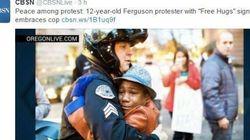 Ferguson, l'abbraccio fra un poliziotto e un bambino nero