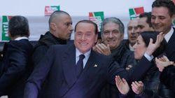 Il ritorno in piazza di Silvio nella sua Milano tra pensionati e giovanissimi (FOTO,
