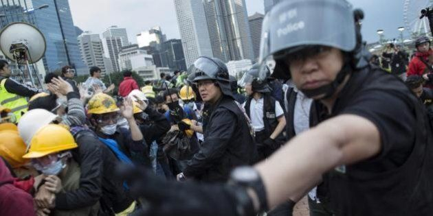 Hong Kong, scontri manifestanti-polizia: 40 arresti e 37 feriti. Il governatore avverte gli studenti:...