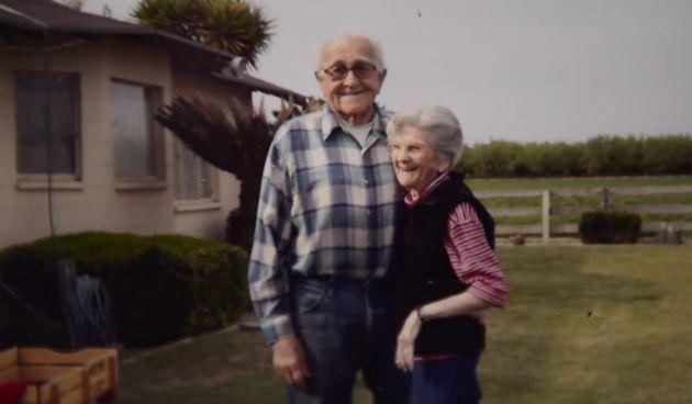 Una coppia sposata da 67 anni muore mano nella mano a distanza di poche ore. Una commovente storia